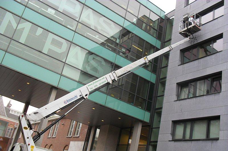 glasswassen met hoogwerker in Breda